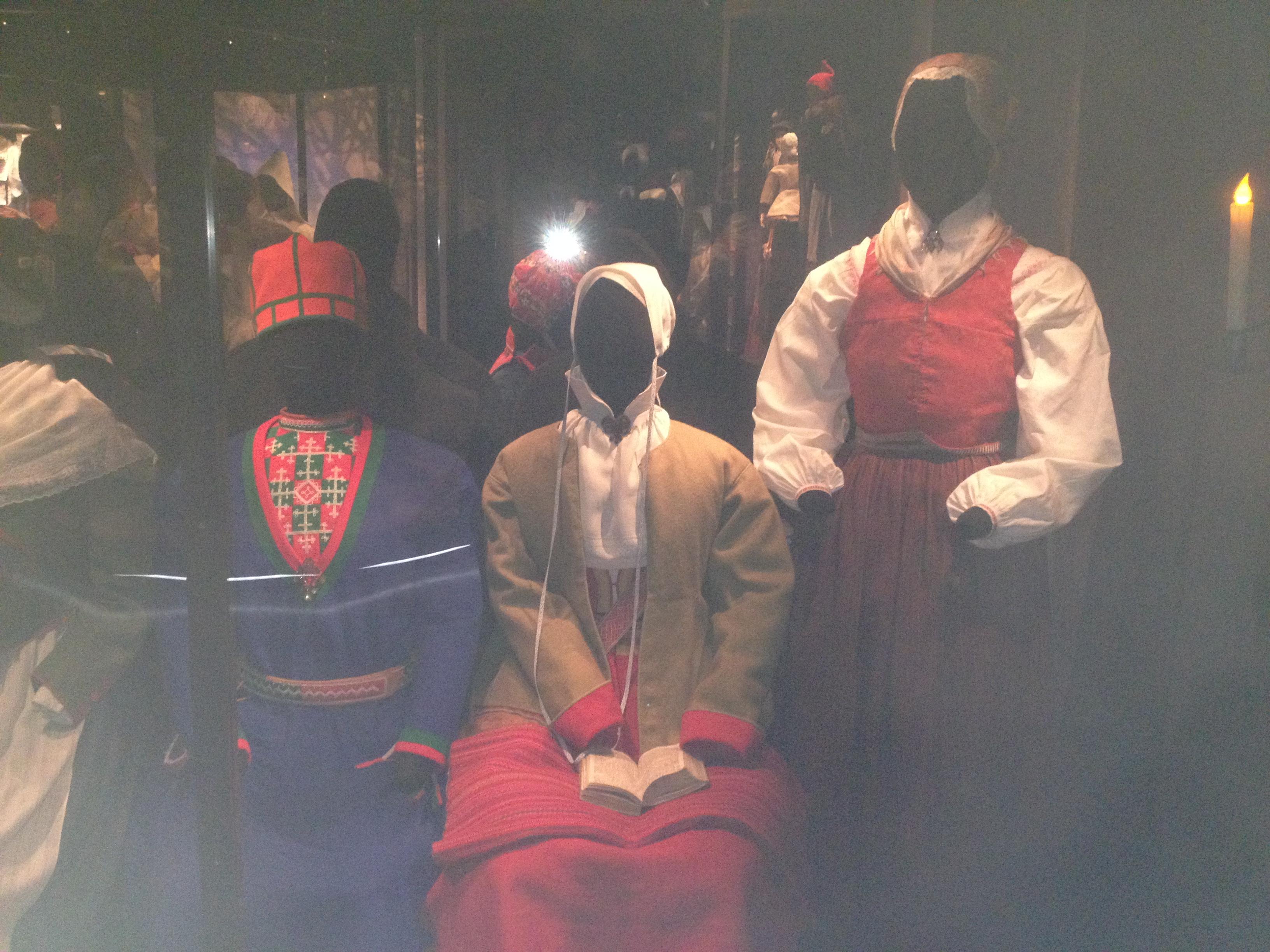 Högtidsträkter (längst till höger från Älvdalen). Håret fick inte sticka fram under hättan. Jämför muslimsk tradition.