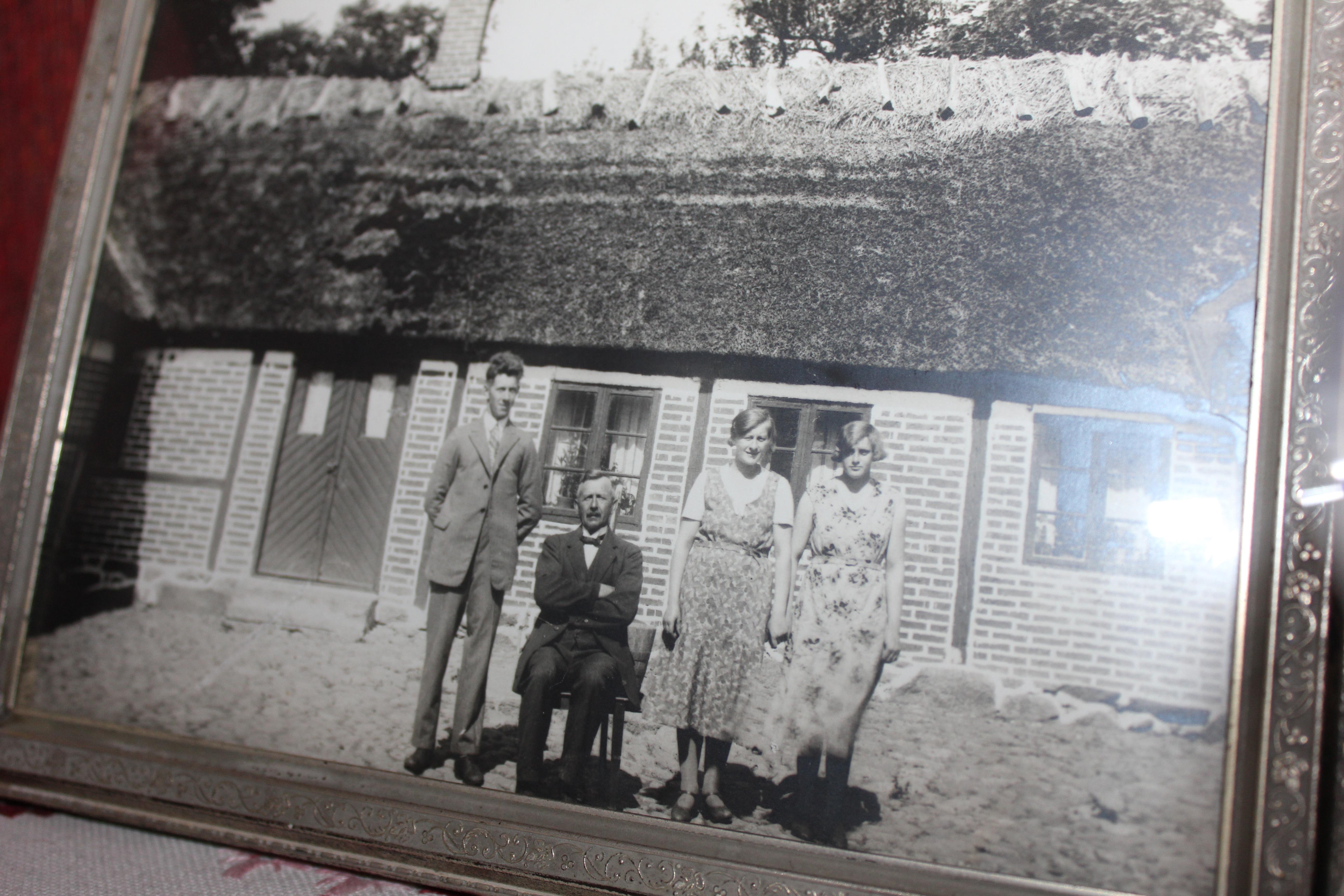 Gammelmorfar var en ovanlig man. Redan på tjugotalet anlitade han en körlärare så att mormor och hennes bror kunde få ta körkort. Själv nöjde han sig med att cykla till byn på en cykel med ett gigantiskt framhjul och litet bakhjul. Där lär han ha haft en affär med lärarinnan. Det har också sagts att han brukade träffa vänner på Stora Hotellet i Tomelilla. Snäll som han var ska han ha gått i borgen för dessa vänner. Mormor tog över gården innan han dog - och sedan var där inte mycket över att bråka om.