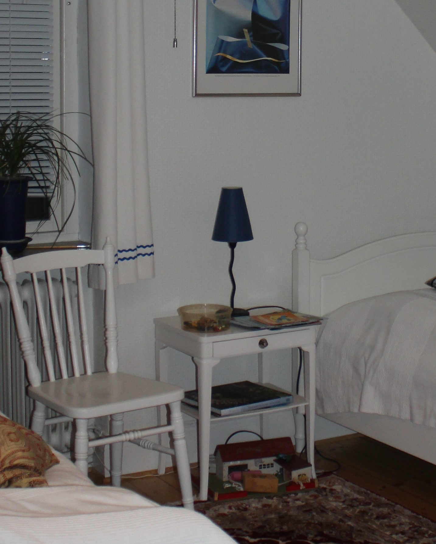 """Min syster fick ha sitt rum där uppe i hallen, utanför toaletten. För att inte riskera att behöva dela rum med henne såg jag till att byta rum med min bror så att jag fick det lilla rummet i söder. Idag tycker jag att det är det mysigaste rummet. Under slänttaket var den naturligaste platsen för sängen och ett av mormors nattygsbord med utsvängda ben och en liten silverfärgad lådknopp. Mitt emot placerade jag mormors matchande byrå med tillhörande spegel. Mor hade målat den vit. I den översta lådan som bara var smal förvarade jag borstar och hårband. I den mittersta lådan (där bottnen brukade hoppa av) hade jag strumpor och underkläder. I den understa lådan förvarade jag tröjor sorterade efter finhetsgrad. Jag hade inte så många kläder eftersom det inte fanns någon att ärva av. Två ribbstickade tröjor, en vinröd och en marinblå, en långärmad skoltröja, någon urväxt tröja som jag inte var rädd om och som jag bytte till när jag kom hem från skolan. Skrivbordet fick plats vid ett nytt fönster och bredvid det placerade jag en gammal fatölj som skulle slängas. Det sades att den var """"fasters""""."""