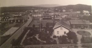 """""""Vy över Kyrkbyn norrut med Kaplansgården i förgrunden. Fotot (av C Ehrner) är taget från kyrktornet strax före 1913. Bilden är hämtad ur """"Älvdalens kyrkby när seklet var ungt"""" av Helge Lindberg."""