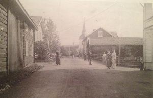 """""""Bygatan söderut omkr 1907."""" Foto okänd fotograf. Bilden är hämtad ur Helge Lindbergs bok """"Älvdalens kyrkby när seklet var ungt"""""""