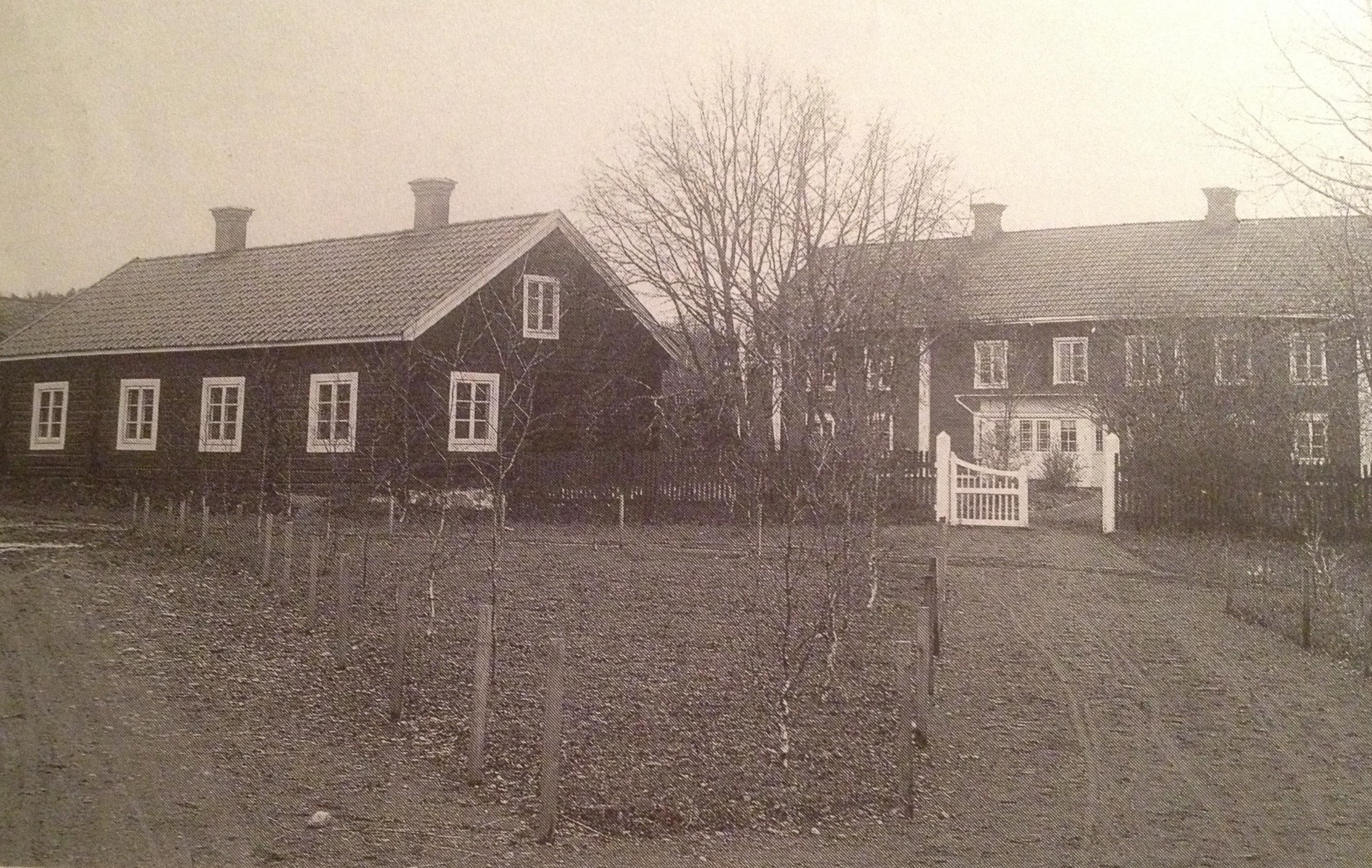 """""""Sockenstugan och Prostgården omkr. 1915. Okänd fotograf."""" Ur """"Kyrkbyn i Älvdalen när seklet var ungt"""" av Helge Lindberg"""