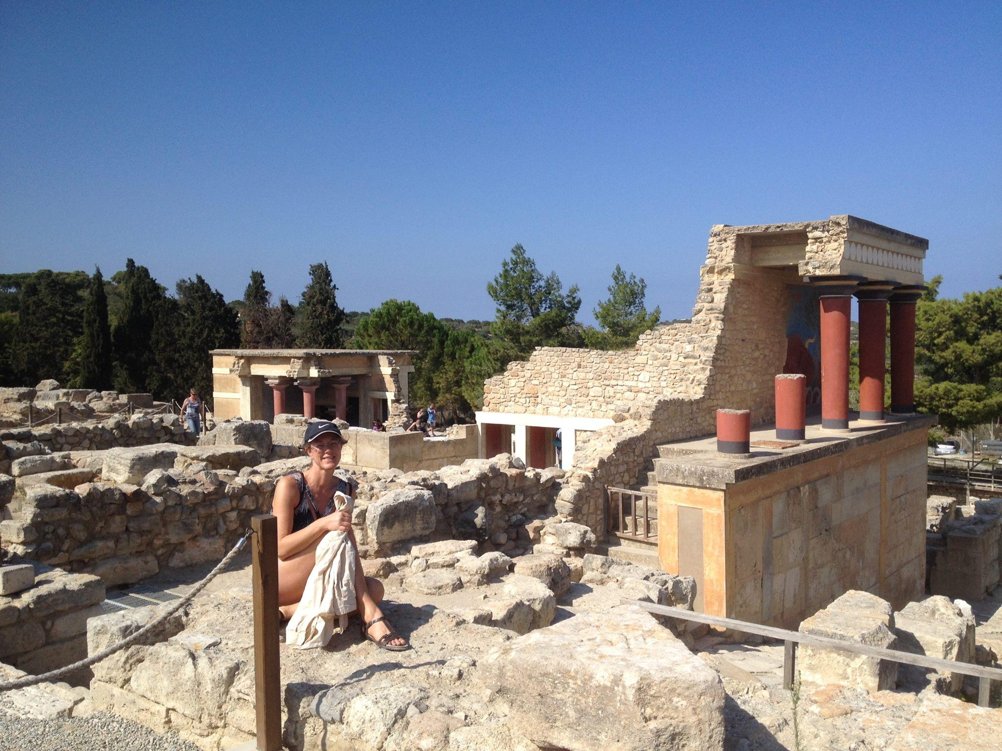 Forskare har inte lyckats förklara varför palatset i Knossos helt saknade försvarsmurar.