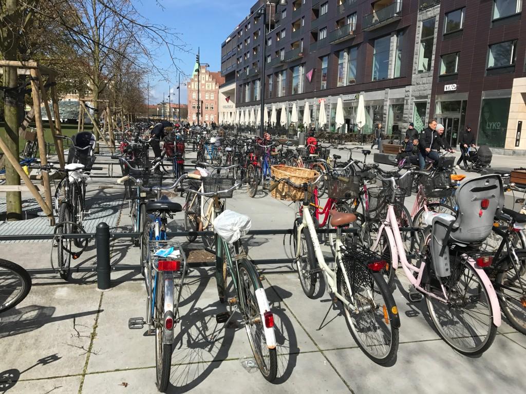 Cykelparkering vid Triangeln. Hur stor yta skulle det krävas för att rymma lika många bilar?