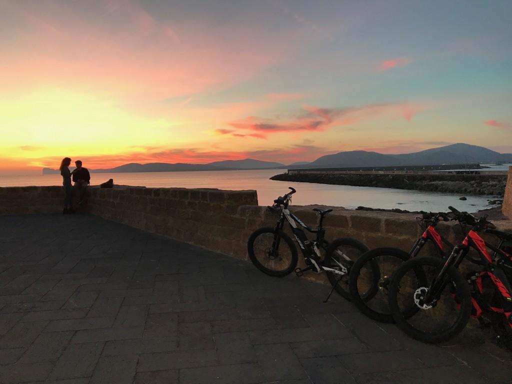 Utanför Alghero cyklar många MTB i naturområdena. Från uteserveringarna kan du njuta av solnedgången över Capo Caccia.