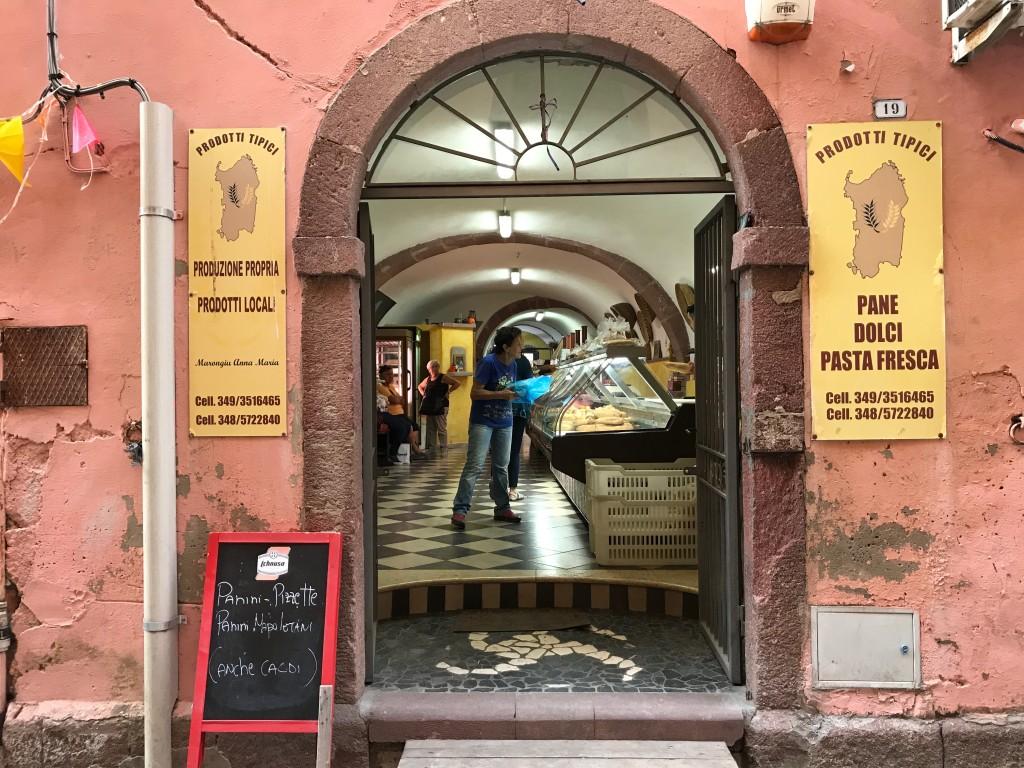 Bästa brödbutiken hittade vi i Bosa