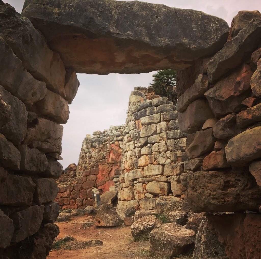 Ca 1.500 f Kr byggdes det första kalkstenstornet. Fram till ca 800 f Kr utfördes förbättringar och tillbyggnader.