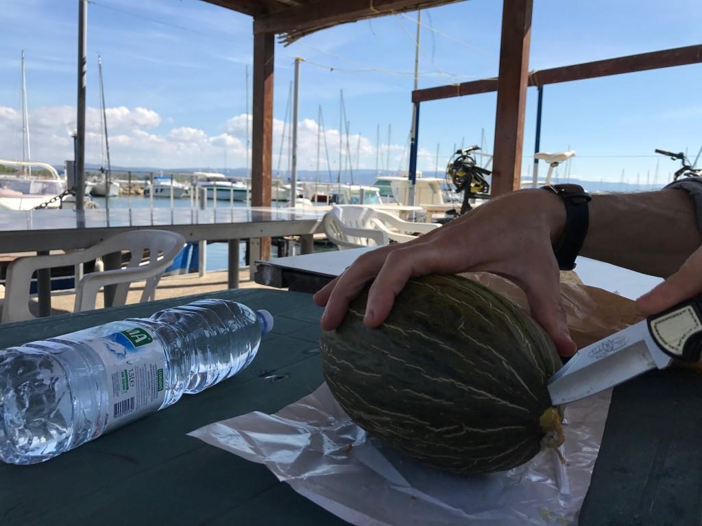 I Fertilia kompletterade vi lunchen på ett Supermercado och hittade ett bord i skuggan nere i hamnen.