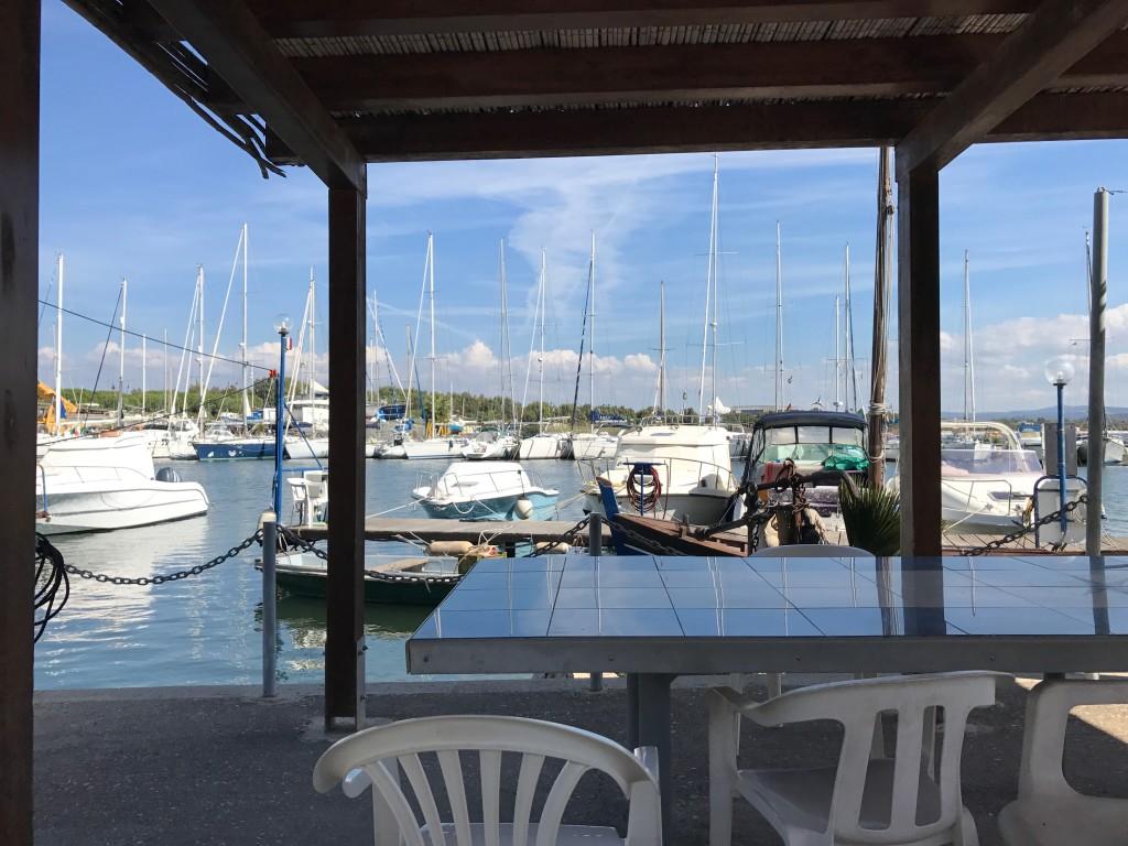 I Fertilia kompletterade vi lunchen på Supermercado. Nere i hamnen fann vi ett bord i skuggan.