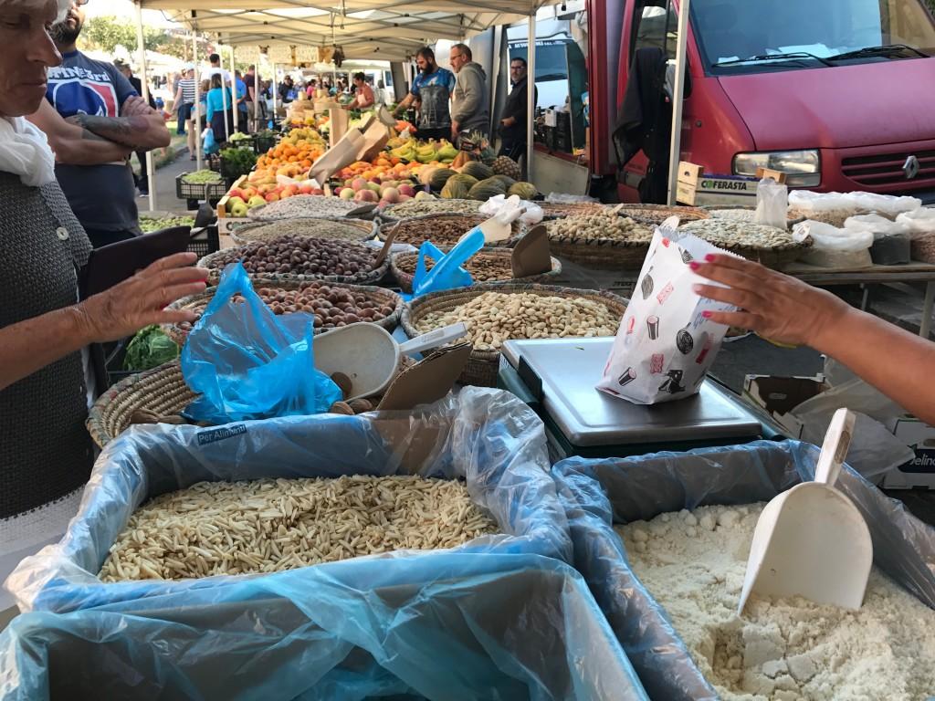 Massor av mandlar och frukt från Sardinien. I Alghero verkar de bofasta handla det mesta på marknaden.