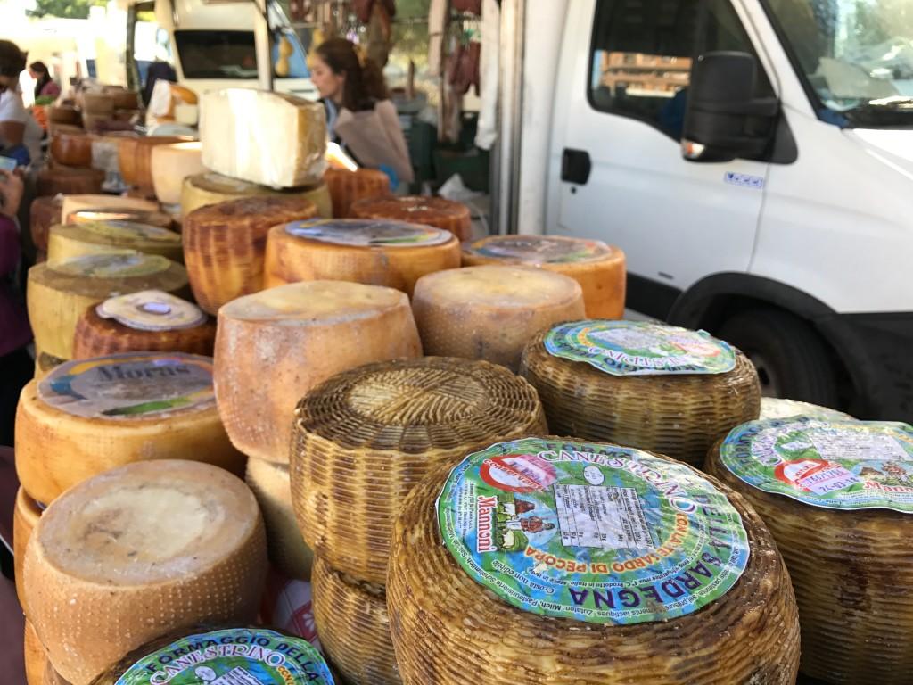 Meter efter meter med ostar. Sarderna tycks verkligen älska ost i alla dess former. Och det förstår jag, har nog aldrig ätit så mycket ost som den här veckan.