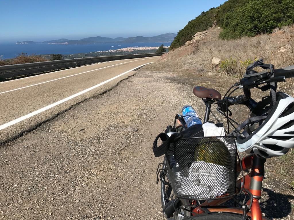 Resans bästa cykling - trots uppförsbackarna. Med vars en PET-flaska på pakethållaren klarade vi oss även om dricka-pauserna blev många i värmen.