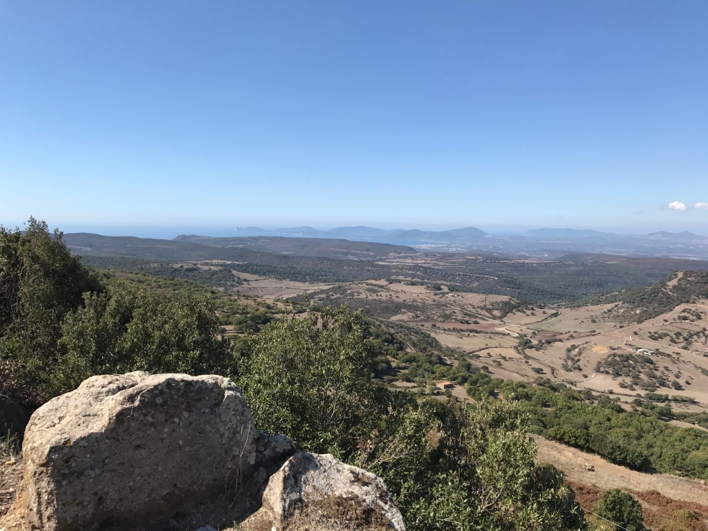 Långt där nere kunde vi se Capo Caccia. Inför nedförsbackarna var jag laddad med endorfiner som efter något av de alla löpar-lopp jag deltog i innan jag träffade min cykelälskande själsfrände.