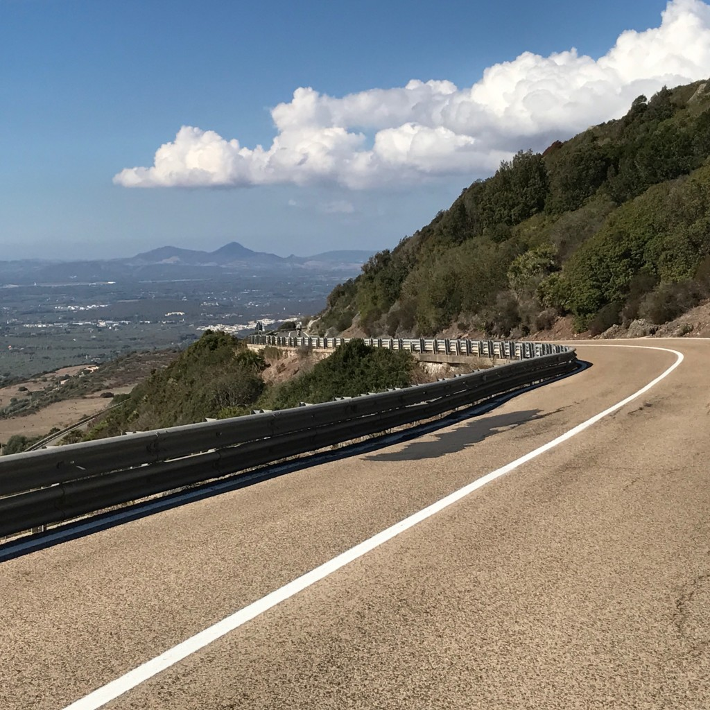 Den perfekta cyklingen - slingrande asfaltvägar med vacker utsikt och nästan bilfria.