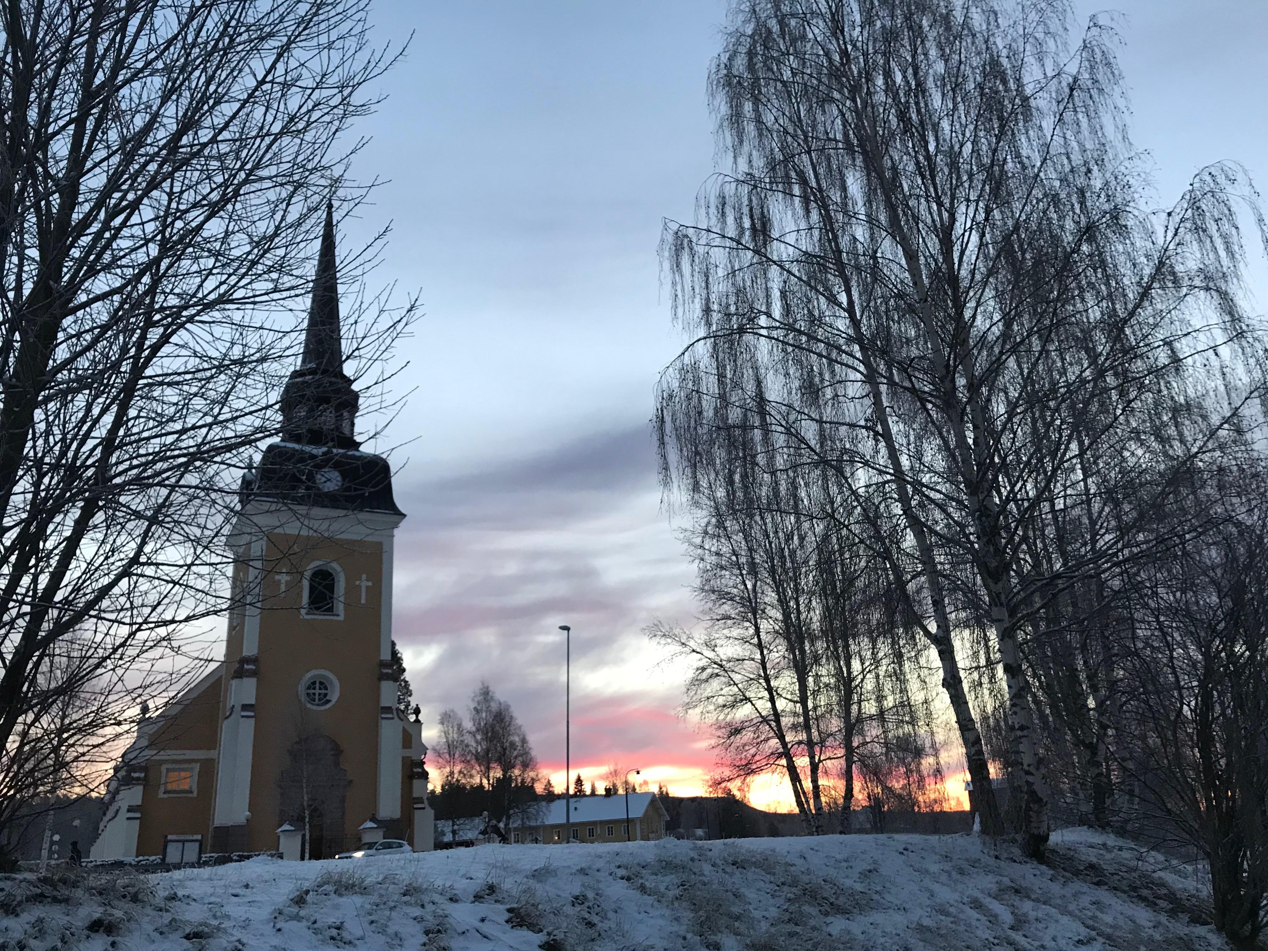 Kyrkan i Älvdalen om ombyggd, men låg på samma plats år 1668. Det var på den här platsen Pastor Elvius predikade om Satan med sådan glöd att byborna var beredd att avrätta grannar och släktingar.